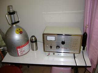 液体窒素(左)とノーベルコロナー(右)はいぼの治療に使います。